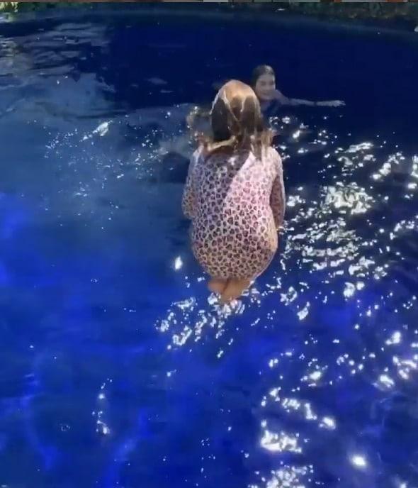 A menina Sofia, filha de Cauã Reymond, na piscina do pai