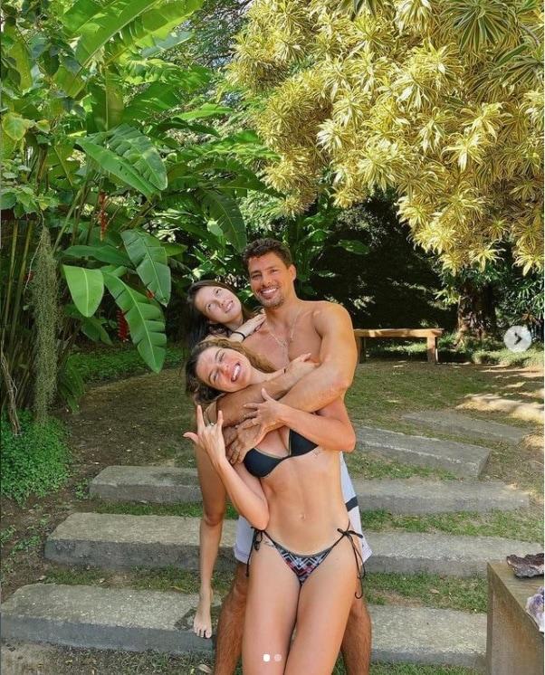 Cauã Reymond com sua esposa Mariana Goldfarb e a irmã caçula