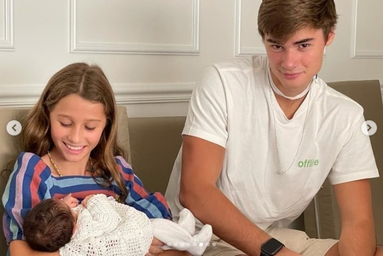Os dois filhos mais velhos de Fábio Assunção com a irmã que acabou de nascer