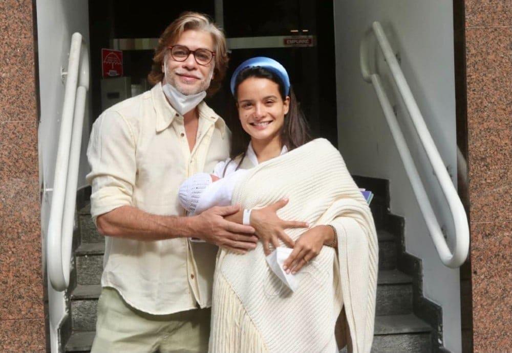 Fábio Assunção saindo da maternidade com a filha