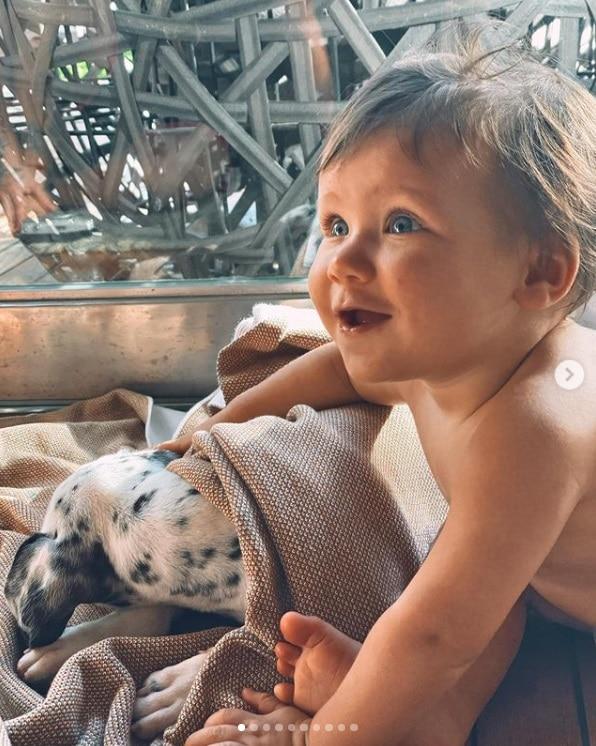 Bebê de Giovanna Ewbank com a cachorrinha da família