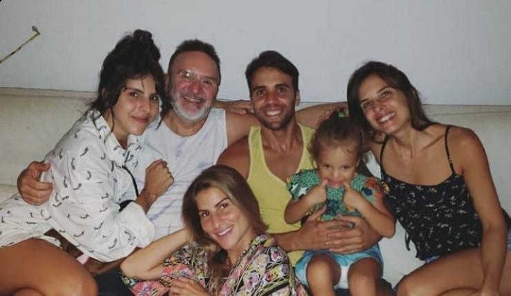 Uma das filhas gêmeas de Ivete Sangalo com o avô paterno, Daniel Cady e as tias