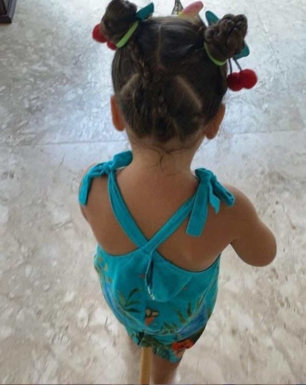 Ivete Sangalo mostrando uma das filhas gêmeas