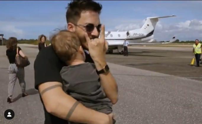 Junior Lima com o seu bebê Otto em turnê com Sandy