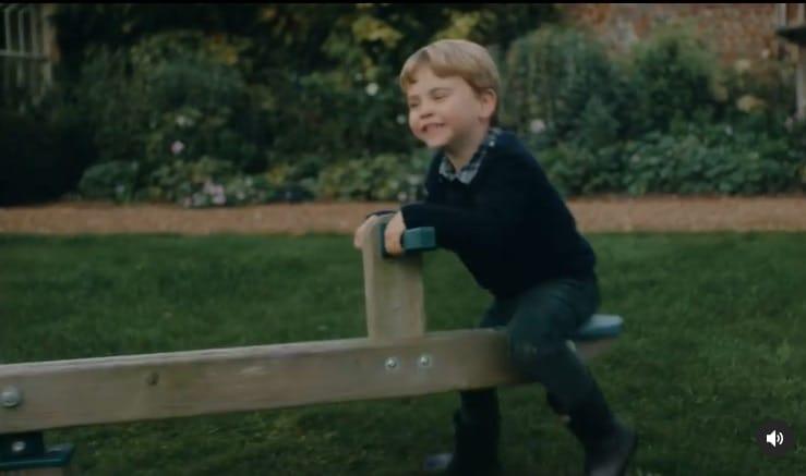 Príncipe Louis, filho de Kate Middleton e William no parquinho do palácio
