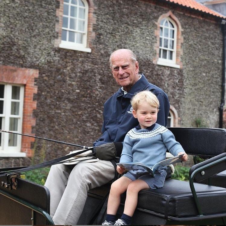 Kate Middleton mostrando o filho príncipe George com príncipe Philip