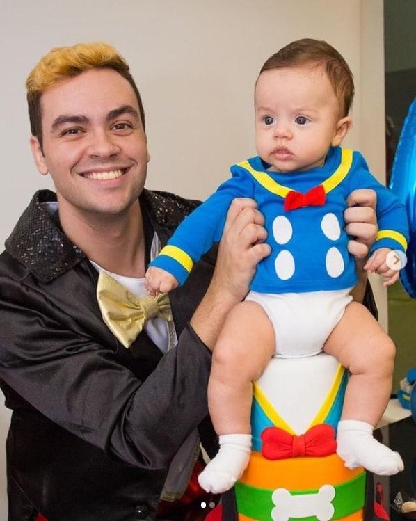 Luccas Neto junto com seu bebê Luke