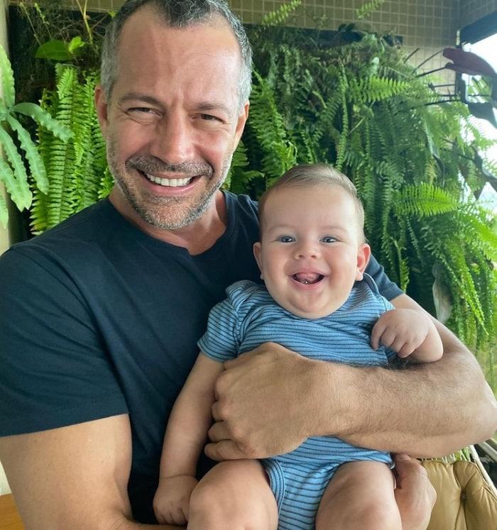 Malvino Salvador com o pequeno Rayan