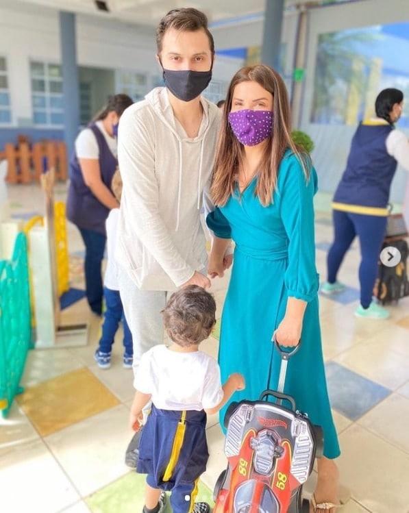 Mara Maravilha com seu marido e seu filho na creche