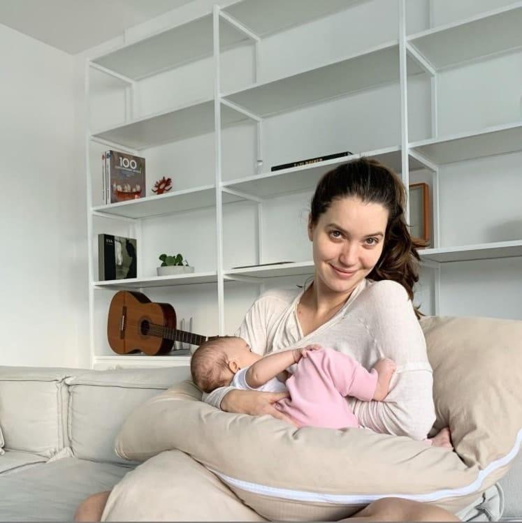 Nathalia Dill junto com sua bebê