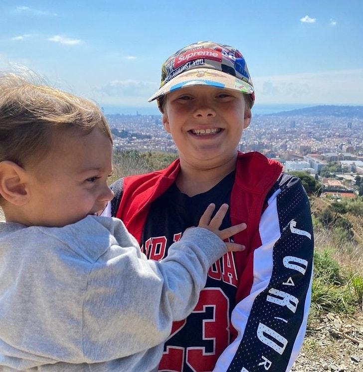 El hijo de Neymar en España con su hermano menor