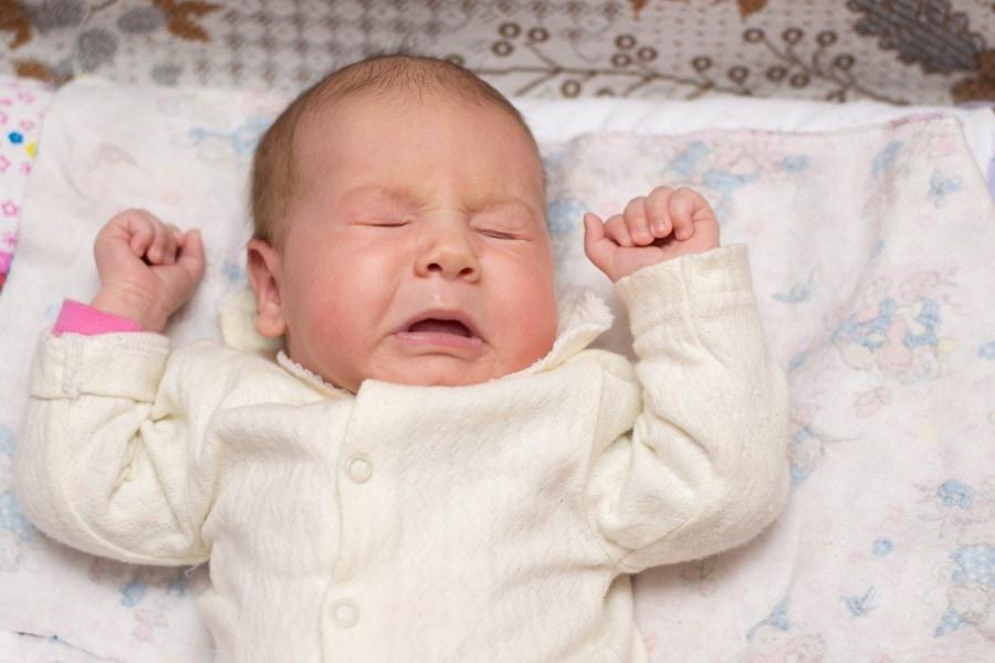 Aprenda como soluços e espirros são normais no primeiro mês do bebê