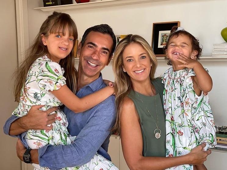 Rafaella Justus com sua irmãzinha Manuella, a mãe e o padrasto