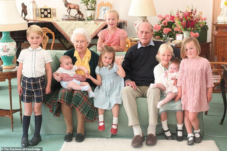 Rainha Elizabeth e príncipe Philip com a maioria dos bisnetos