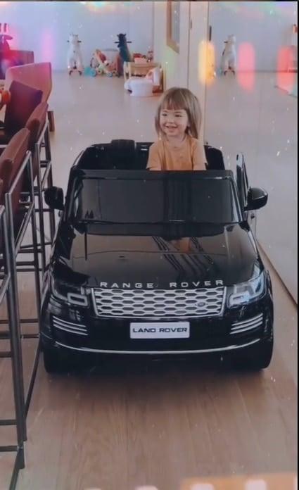 Bebê de Sabrina Sato com o seu carro elétrico
