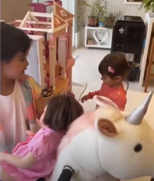 Sabrina Sato mostrou a fofa Zoe com a casa de bonecas de sua prima