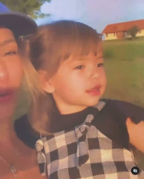 Sabrina Sato com Zoe na fazenda da família