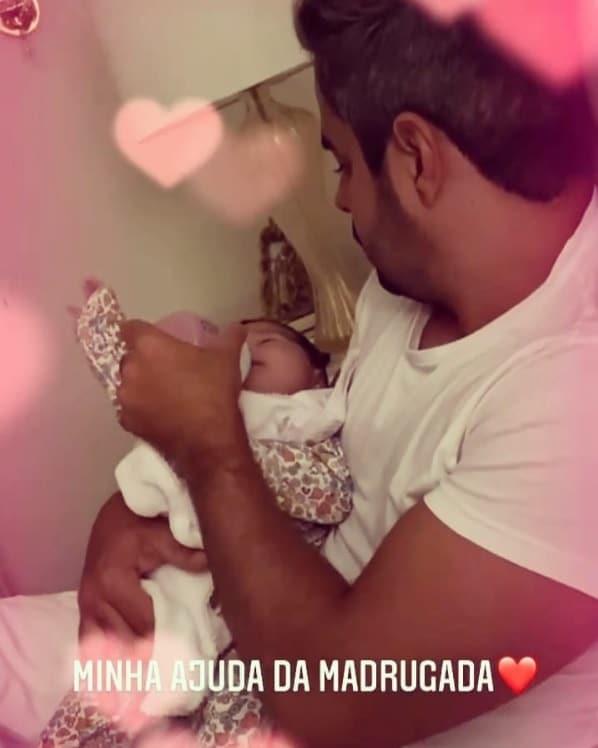 Marido de Simone com a bebê do casal