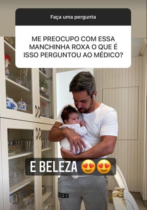 Simone mostrando sua bebê Zaya e o pai