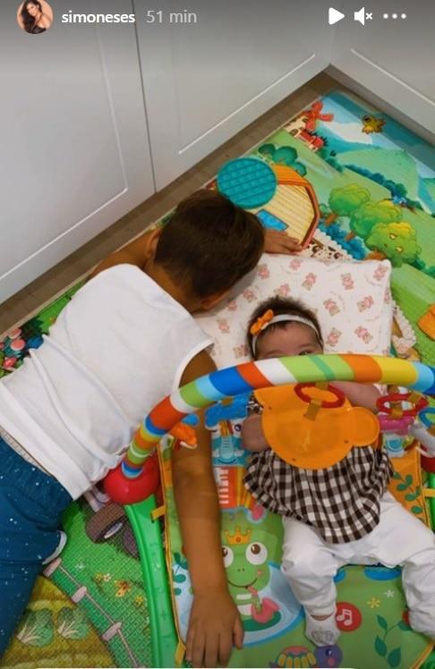 Zaya e Henry, filhos de Simone, no quarto de brinquedos deles