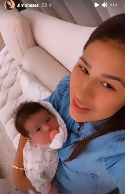 Simone com a filha de um mês no colo