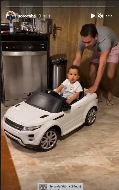 Bebê de Sorocaba com seu carrinho elétrico