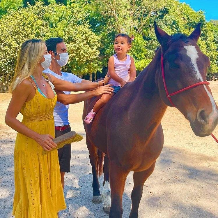 Ticiane Pinheiro e César Tralli com a filha Manuella