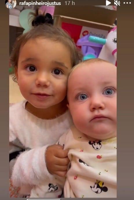 A bebê de Ticiane Pinheiro junto com a bebê de Roberto Justus, a pequena Vicky