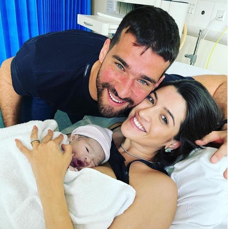 Alisson Becker e Natália com seu bebê que acabou de nascer