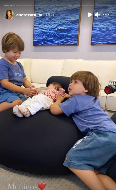 Os filhos de Andressa Suita e Gusttavo Lima juntos com o primo recém-nascido