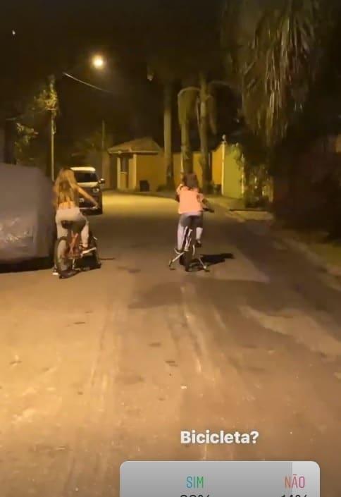 Filha de Cauã Reymond no seu passeio de bicicleta