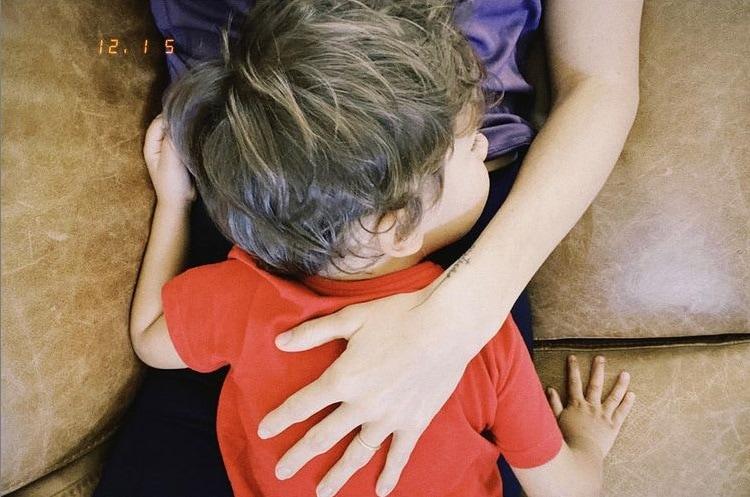 Filho de Junior Lima e sua irmãzinha na barriga