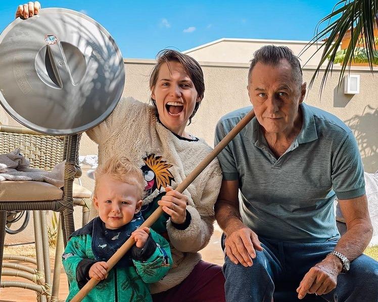 Letícia Colin junto com seu filho e o pai