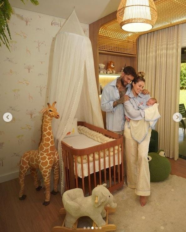 Lucas Lucco com a esposa e o filho no quarto dele