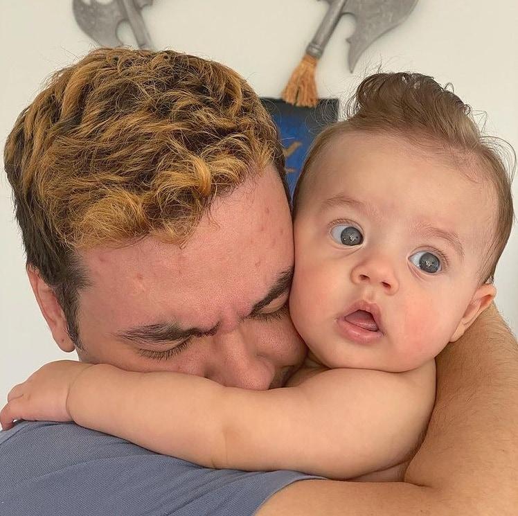 Luccas Neto junto com o seu bebê Luke