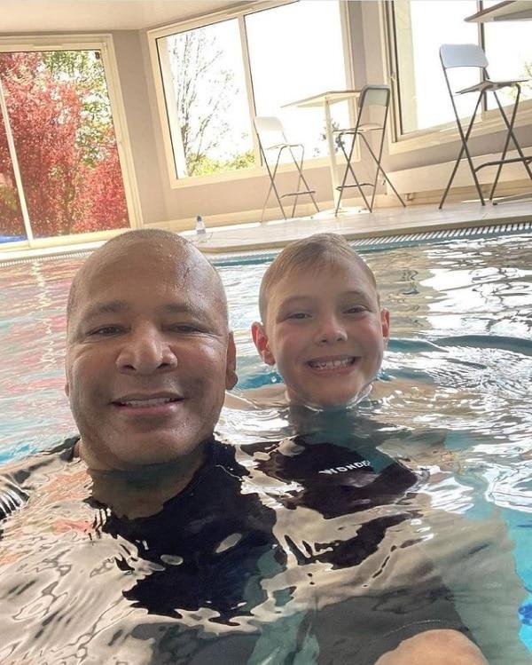 Filho de Neymar junto com o avô na piscina de seu pai