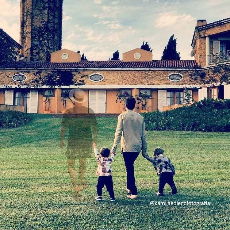 Paulo Gustavo com seu marido e filhos em uma montagem