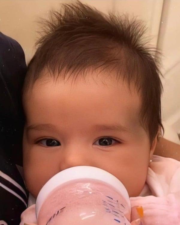 A fofa Zaya de dois meses, filha de Simone