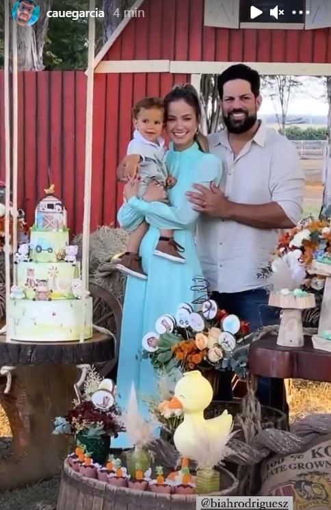 Sorocaba e Biah Rodrigues comemorando um ano do seu bebê