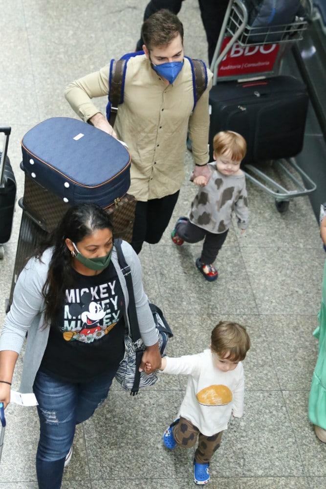 Thales Bretas no aeroporto com seus filhos com Paulo Gustavo