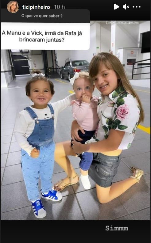 Ticiane Pinheiro mostrando as filhas com a bebê de Roberto Justus