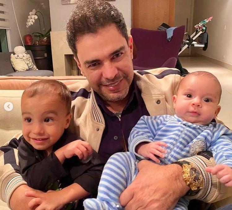 Zezé Di Camargo com seus netos mais novos