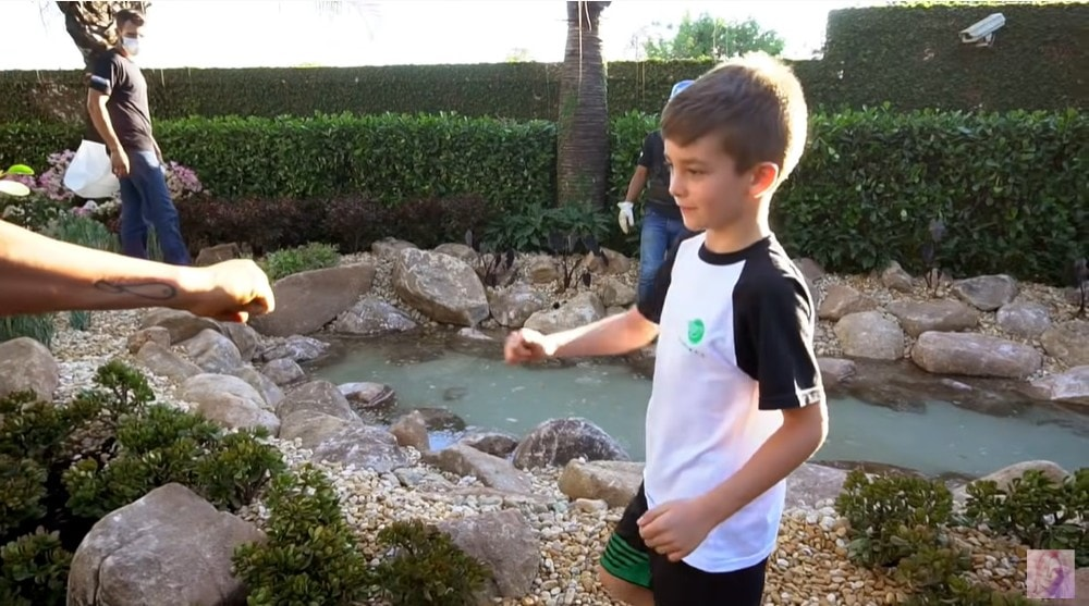 Alexandre, filho de Ana Hickmann no lago da família