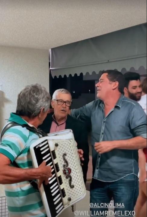 Andressa Suita mostrando Gusttavo Lima com o filho deles
