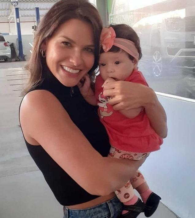 Andressa Suita com a menina recém-nascida, a pequena Laura