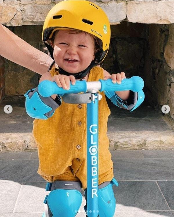 Bruno Gagliasso mostrando o filho brincando no patinete
