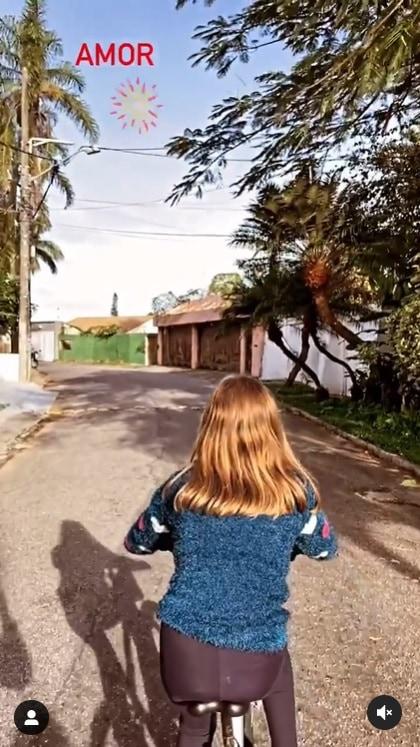 Cauã Reymond mostrou sua filha passeando de bicicleta