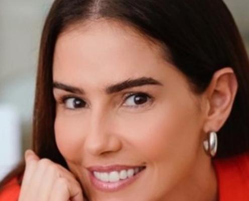 Deborah Secco posou nas Maldivas com sua filha