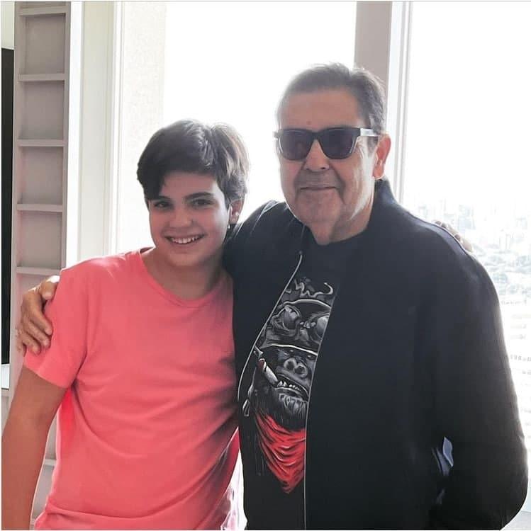 Faustão em casa com o filho mais novo, o menino Rodrigo