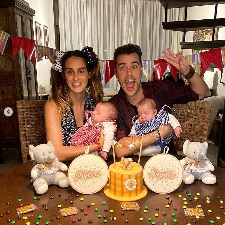 Joaquim Lopes e Marcella Fogaça com as filhas gêmeas